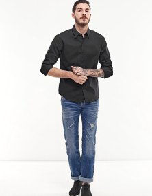 https://www.stradivarius.com/fr/homme/v%C3%AAtements/chemises/chemise-stretch-c1020081594p300576569.html?colorId=001