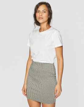 https://www.stradivarius.com/fr/femme/vêtements/voir-par-produit/jupes-et-robes-salopettes/afficher-tout/minijupe-c1718525p300854075.html?colorId=440