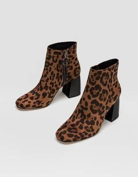 https://www.stradivarius.com/fr/femme/chaussures/voir-par-produit/toutes/bottes-hautes-talon-noires-c1020088038p300804528.html?colorId=040