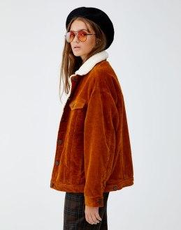 https://www.pullandbear.com/fr/femme/vêtements/manteaux-et-blousons/blouson-velours-côtelé-oversize-mouton-synthétique-c1030009518p500922548.html